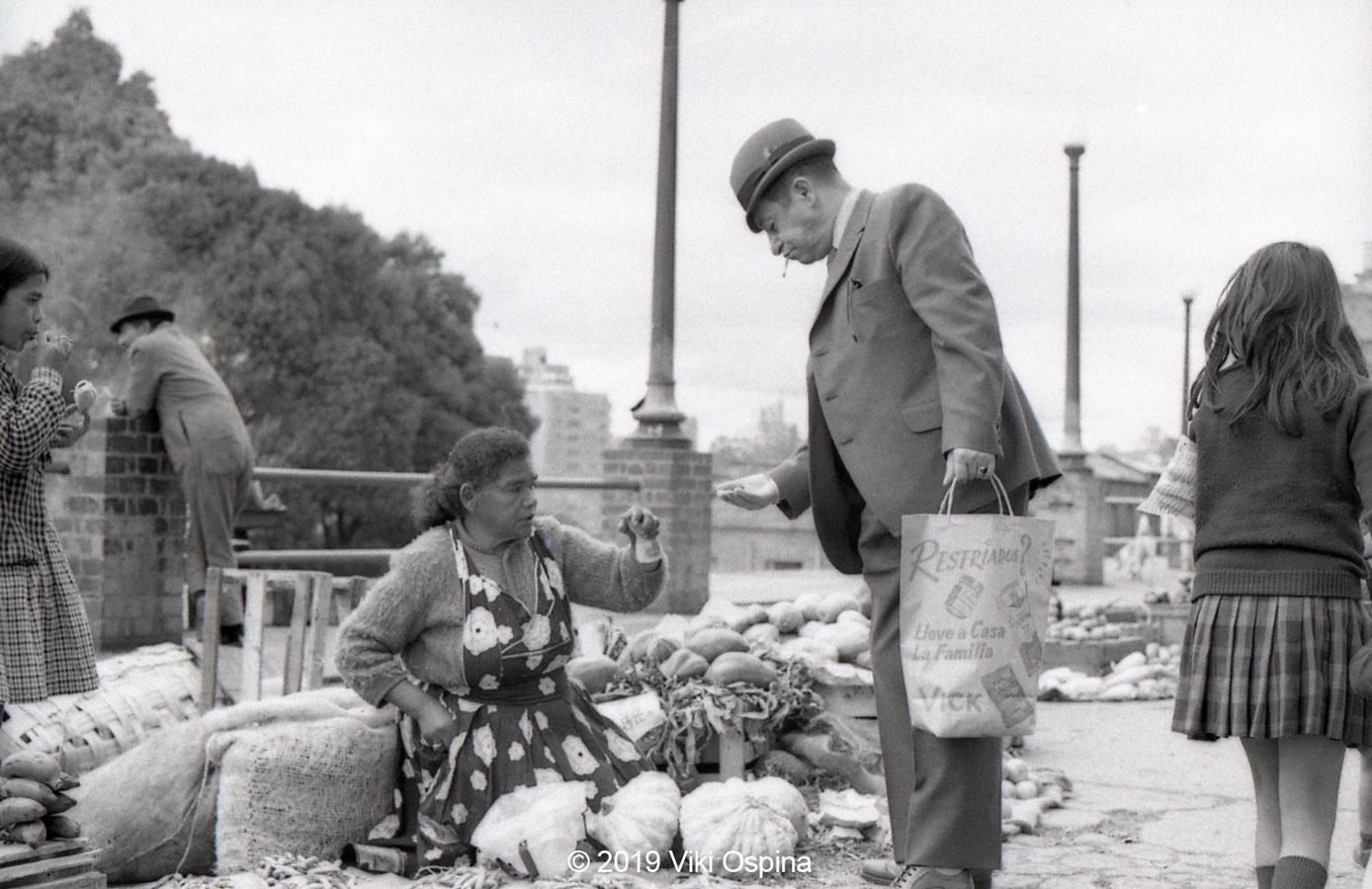 Fotografía de una vendedora campesina a blanco y negro