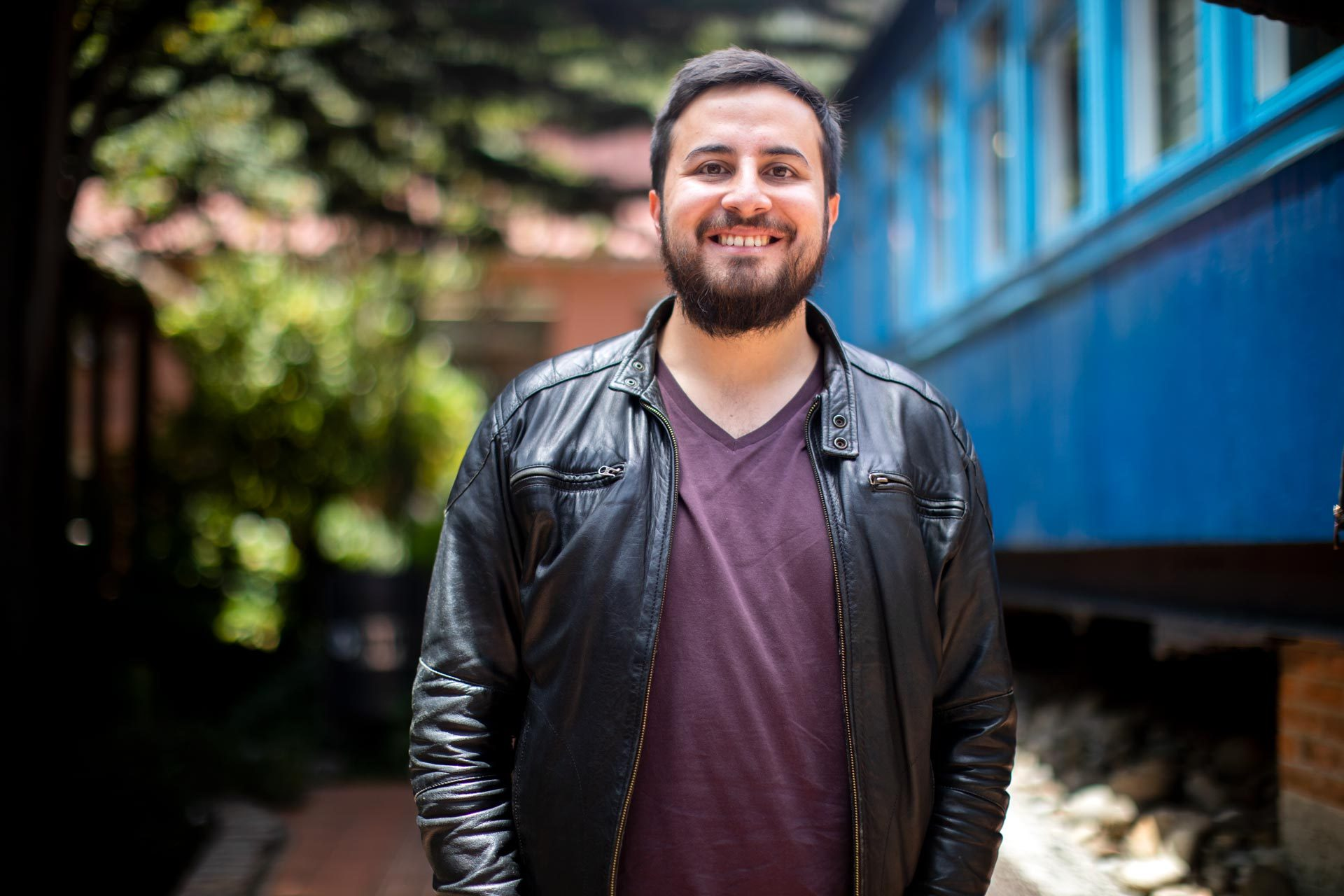 Sebastián Payán frente a los vagones azules de Cerosetenta