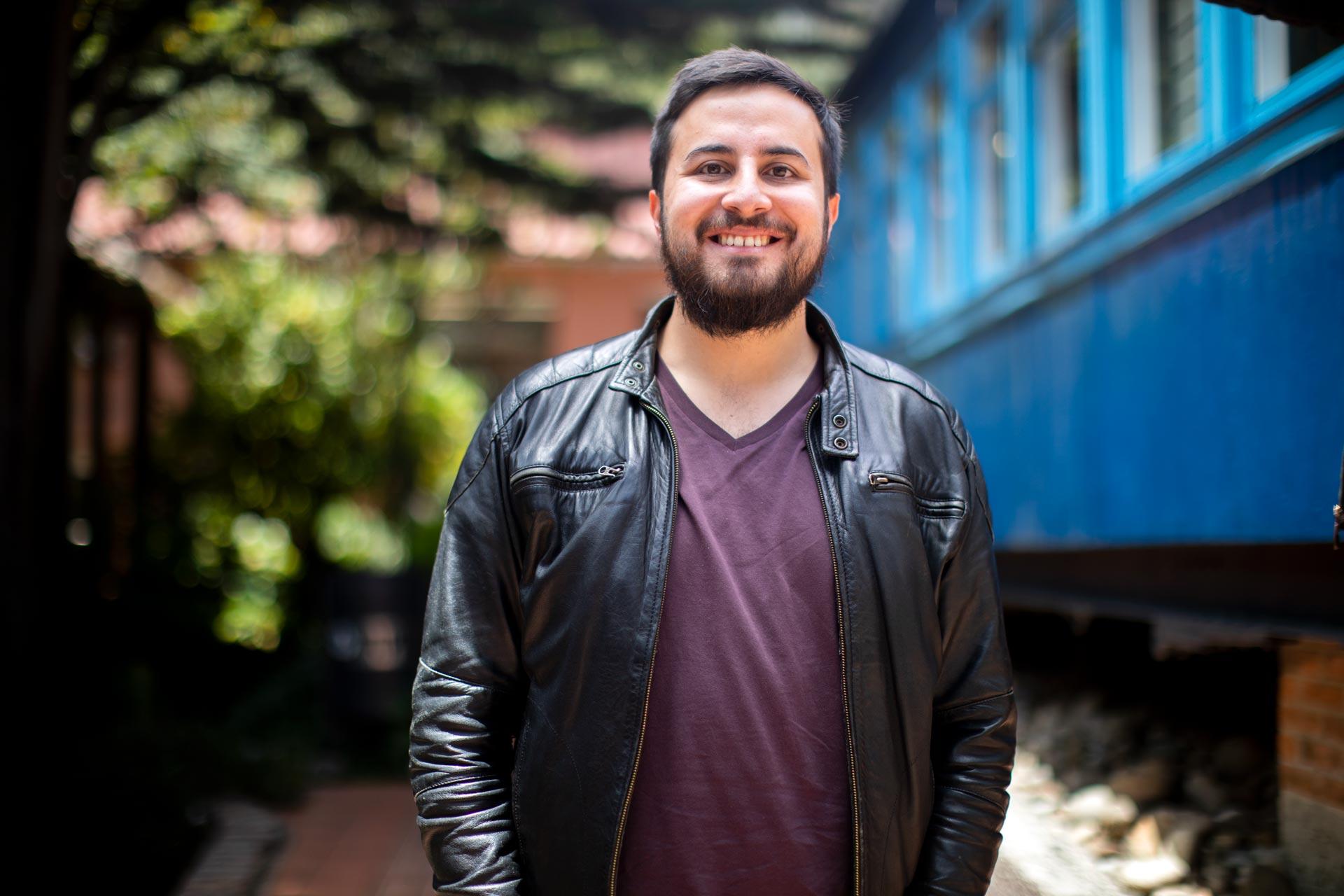 Egresados: Sebastián Payán gana beca ICFJ para ampliar su proyecto sobre podcasts