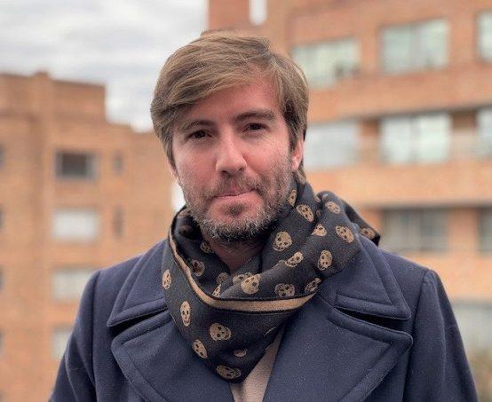 Santiago Wills, profesor de Narrativas Digitales, recibe la Beca Michael Jacobs de crónica viajera 2021